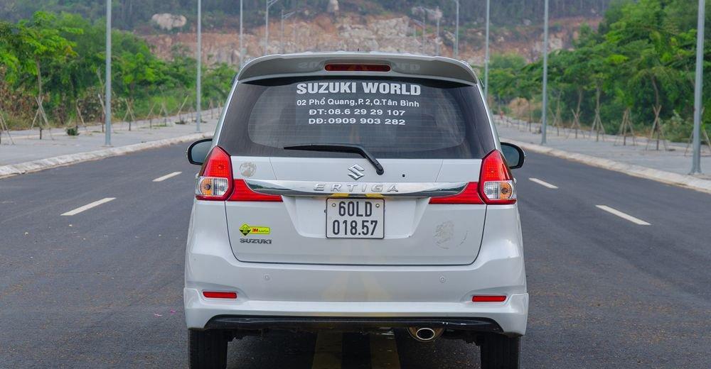 So sánh xe Suzuki Ertiga 2018 và Kia Rondo 2018 về đuôi xe 6