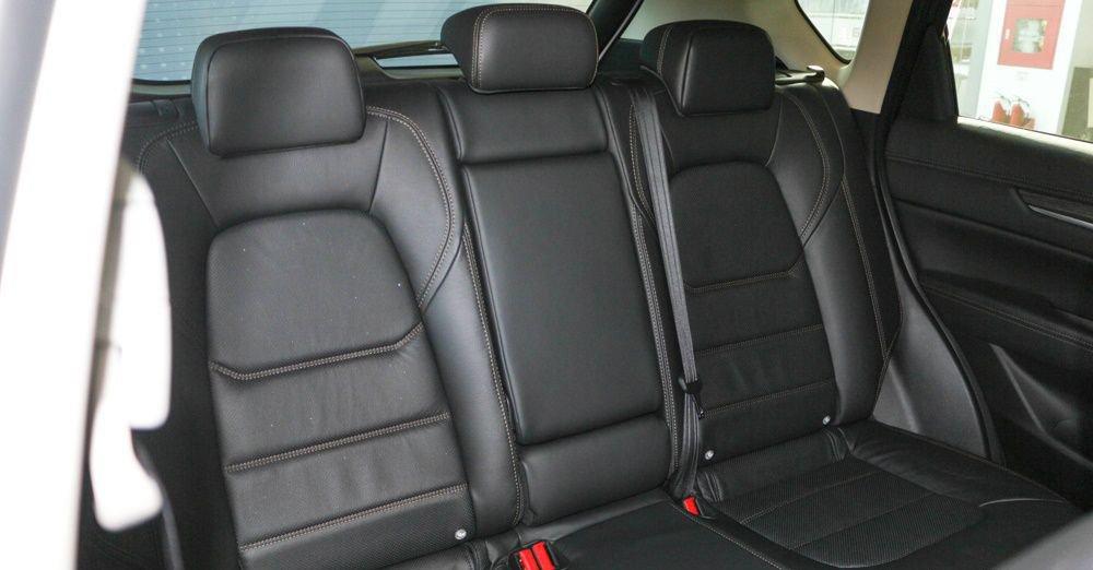 Honda CR-V 2018 sở hữu khoang nội thất nhỉnh hơn Mazda CX-5 2018 một chút 3