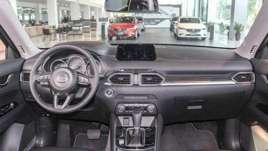 So sánh Mazda CX-5 2018 và Honda CR-V 2018 về nội thất: Mazda CX-5 đẹp hơn.