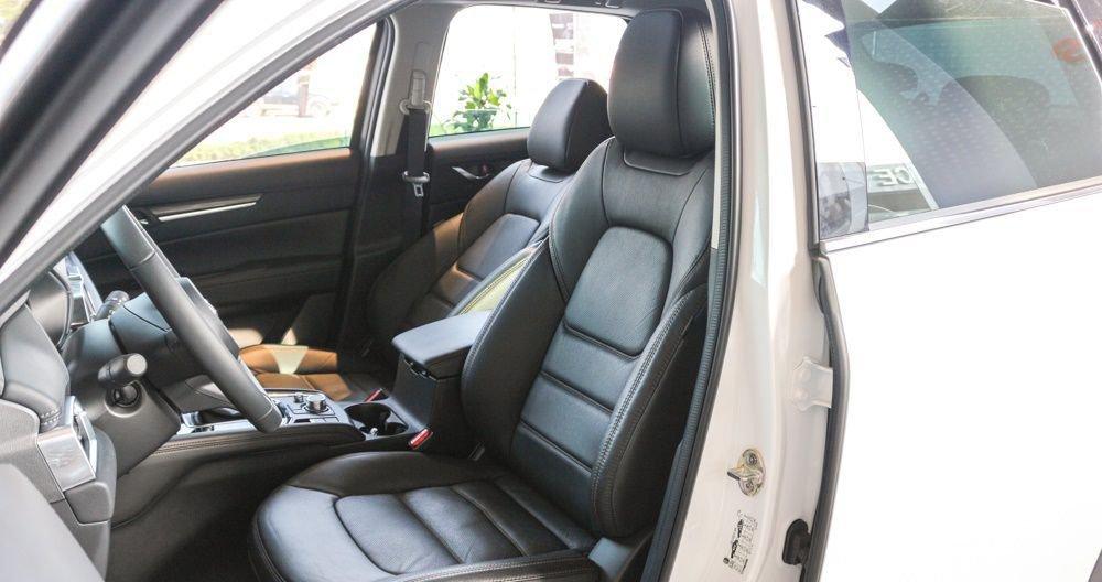 Honda CR-V 2018 sở hữu khoang nội thất nhỉnh hơn Mazda CX-5 2018 một chút.
