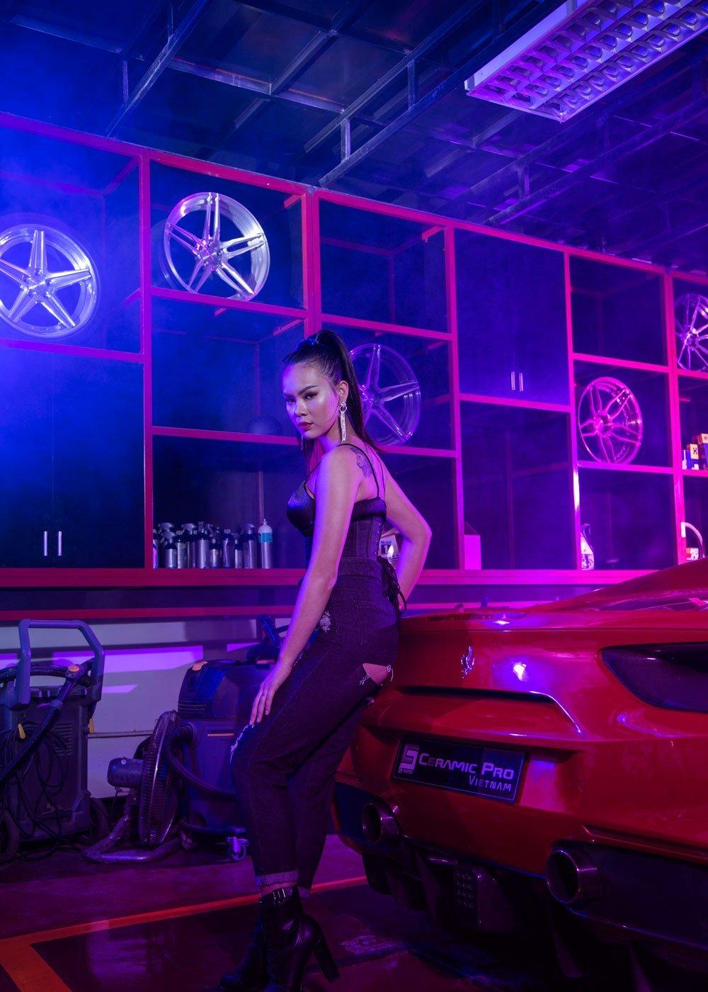 Kiều nữ nóng bỏng bên Ferrari 488 Spider 12.