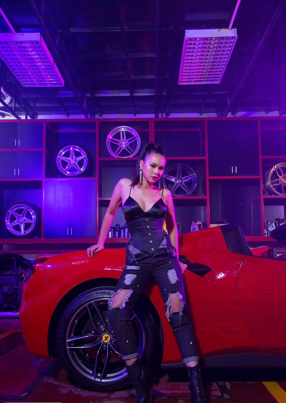 Kiều nữ nóng bỏng bên Ferrari 488 Spider 3.
