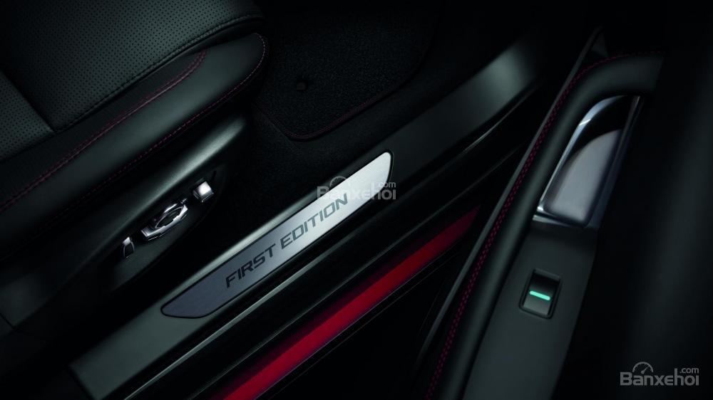 Đánh giá xe Jaguar E-Pace 2018: Bậc cửa kèm dòng chữ khác nhau tùy bản.