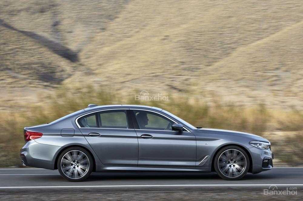 Đánh giá xe BMW 5-Series 2018: Thân xe với các đường gân dập nổi khí động học.