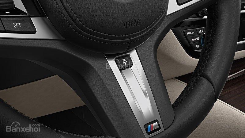 Đánh giá xe BMW 5-Series 2018: Vô-lăng 3 chấu nhấn nhá các miếng ốp sáng màu.