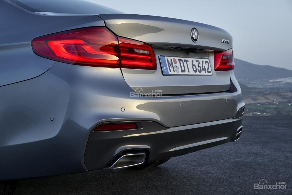 Đánh giá xe BMW 5-Series 2018: Hệ thống ống xả đôi thể thao.