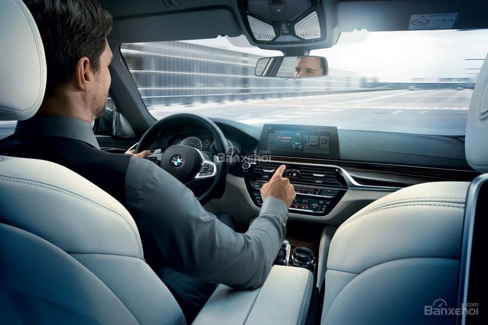 Đánh giá xe BMW 5-Series 2018: Chức năng điều khiển bằng cử chỉ.