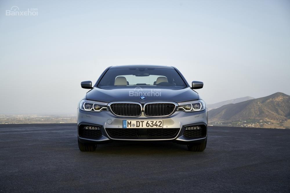 Đánh giá xe BMW 5-Series 2018: Đầu xe thiết kế sắc nét hơn, sang trọng hơn.