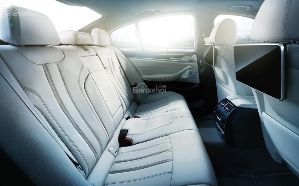 Đánh giá xe BMW 5-Series 2018: Màn hình giải trí cho hàng ghế sau a1
