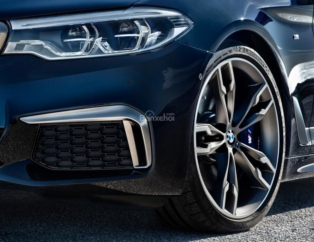 Đánh giá xe BMW 5-Series 2018: La-zăng bản hiệu suất M550i.