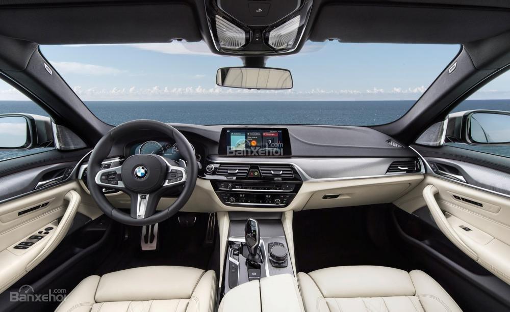Đánh giá xe BMW 5-Series 2018: Khoang nội thất hiện đại và tinh tế.