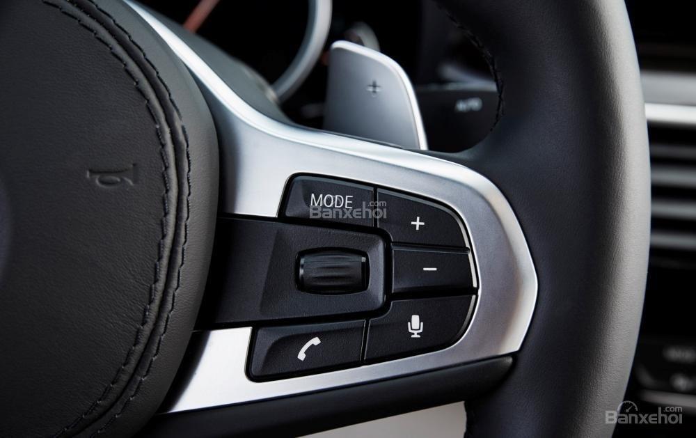 Đánh giá xe BMW 5-Series 2018: Vô-lăng tích hợp các nút điều khiển a2