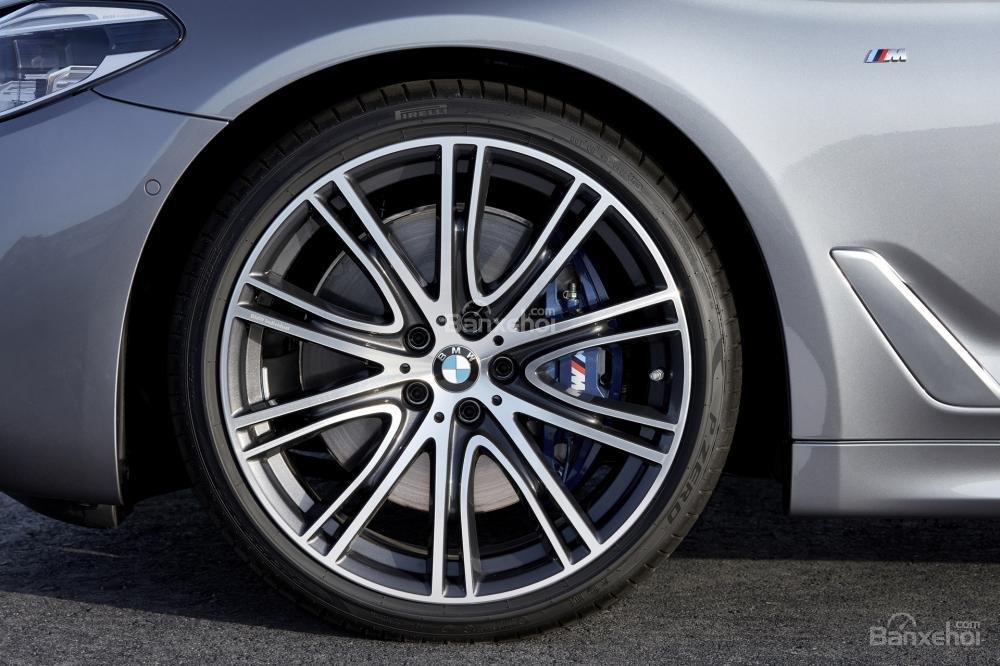 Đánh giá xe BMW 5-Series 2018: La-zăng 10 chấu tiêu chuẩn/