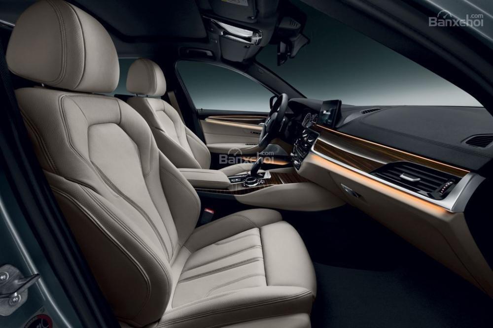 Đánh giá xe BMW 5-Series 2018: Ghế ngồi bọc da .