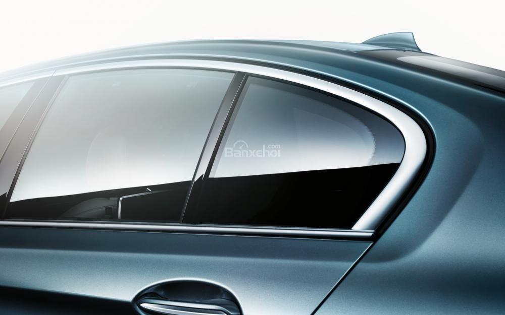 Đánh giá xe BMW 5-Series 2018: Khung viền cửa sổ mạ crom bắt mắt.