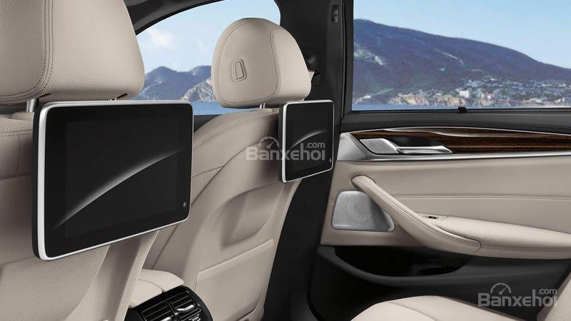 Đánh giá xe BMW 5-Series 2018: Màn hình giải trí cho hàng ghế sau a2