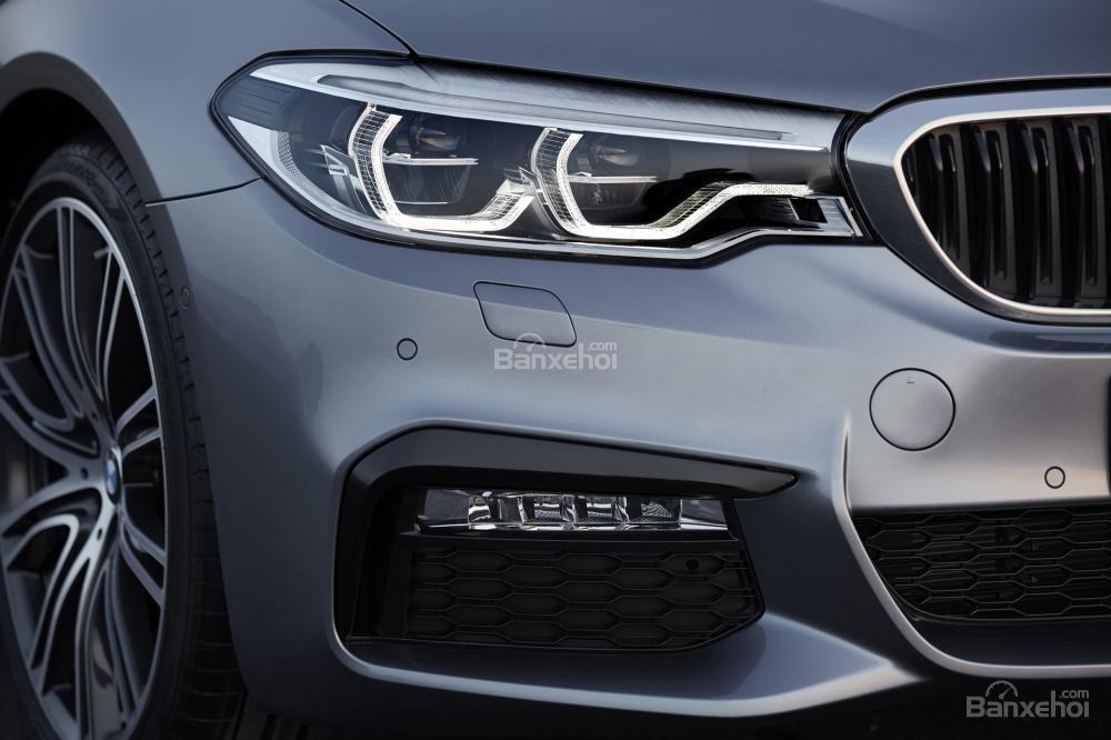 Đánh giá xe BMW 5-Series 2018: Hệ thống chiếu sáng phía trước.
