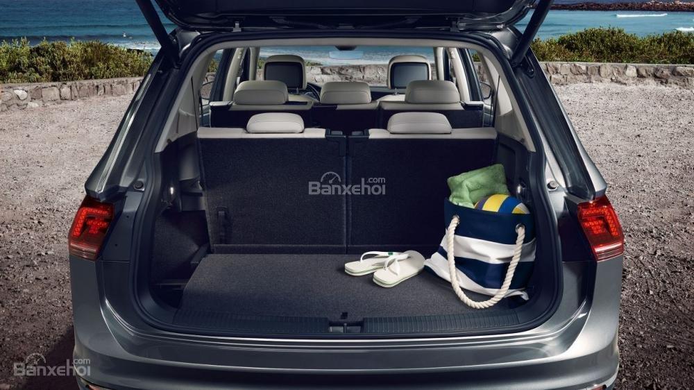 Đánh giá xe Volkswagen Tiguan Allspace 2018 về khoang hành lý A2