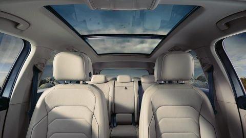 Đánh giá xe Volkswagen Tiguan Allspace 2018: Hệ thống ghế ngồi thoải mái, hỗ trợ tốt cho người dùng.