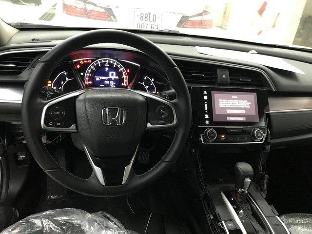 Ảnh chụp táp-lô xe Honda Civic 1.8E 2018