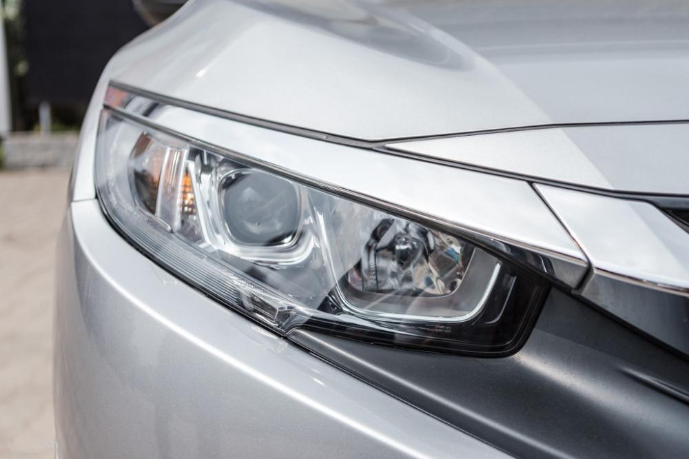 Ảnh chụp đèn pha xe Honda Civic 1.8E 2018