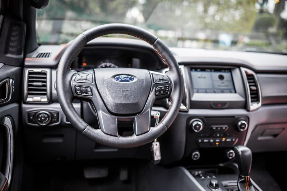 So sánh xe Mitsubishi Triton Athlete 2018 và Ford Ranger Wildtrak 2018 về vô-lăng.