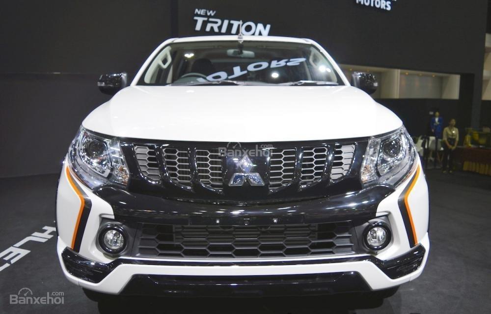 So sánh xe Mitsubishi Triton Athlete 2018 và Ford Ranger Wildtrak 2018 về đầu xe.