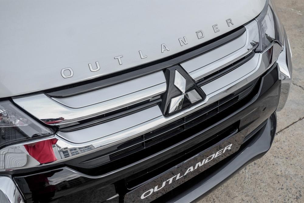 Ảnh chụp lưới tản nhiệt xe Mitsubishi Outlander 2018 bản 7 chỗ