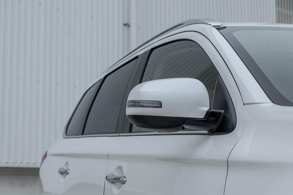 Ảnh chụp gương chiếu hậu xe Mitsubishi Outlander 2018 bản 7 chỗ