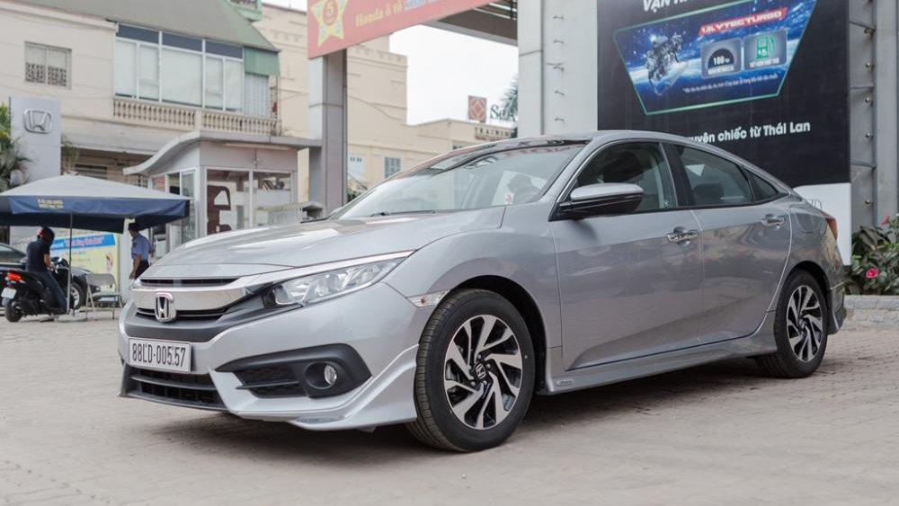 Hyunda Elantra Sport 2018 có giá rẻ hơn nhưng lại nhiều trang bị hơn Honda Civic 3
