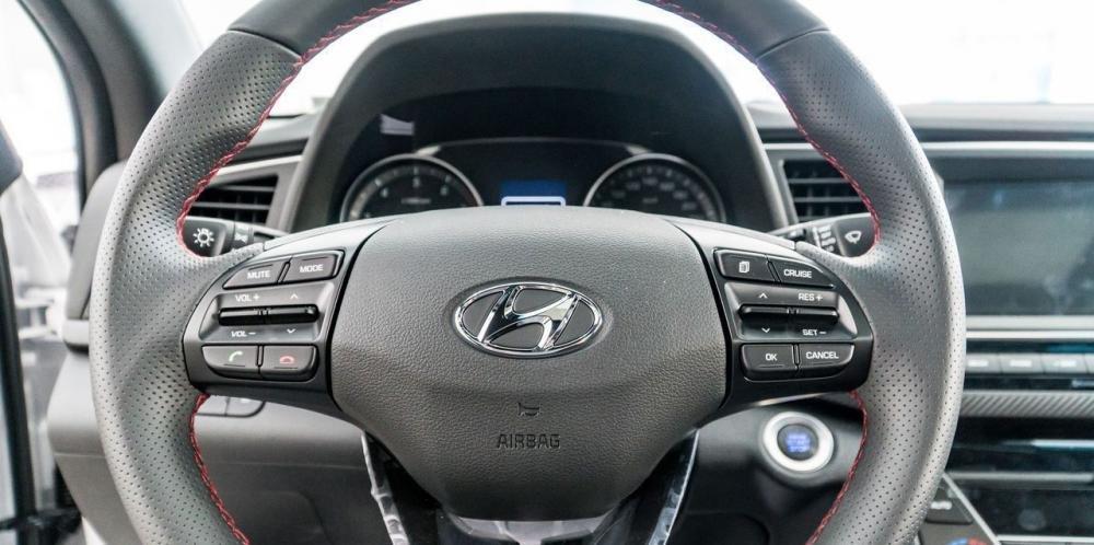 So sánh xe Hyundai Elantra Sport 2018 và Honda Civic 2018 về vô-lăng.