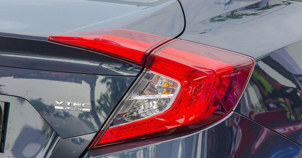So sánh xe Hyundai Elantra Sport 2018 và Honda Civic 2018 về thiết kế đuôi xe 3