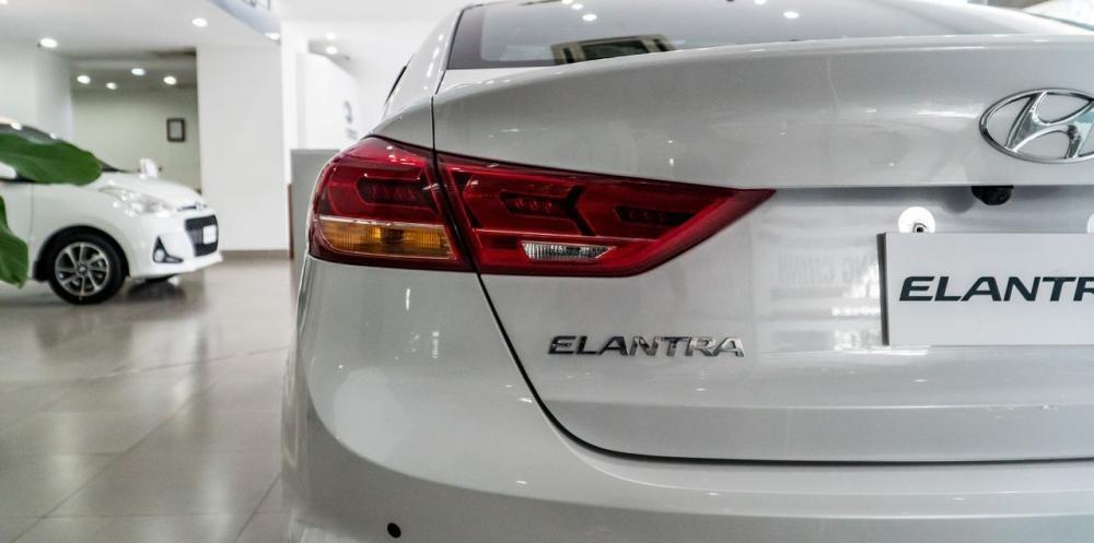So sánh xe Hyundai Elantra Sport 2018 và Honda Civic 2018 về thiết kế đuôi xe.
