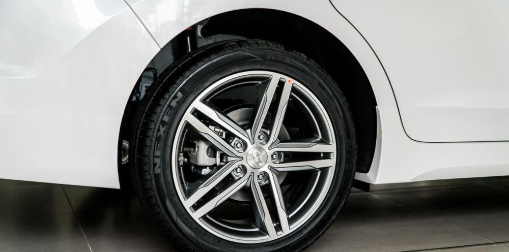 So sánh xe Hyundai Elantra Sport 2018 và Honda Civic 2018 về thiết kế thân xe 9