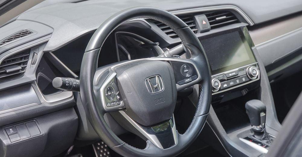 So sánh xe Hyundai Elantra Sport 2018 và Honda Civic 2018 về vô-lăng 4