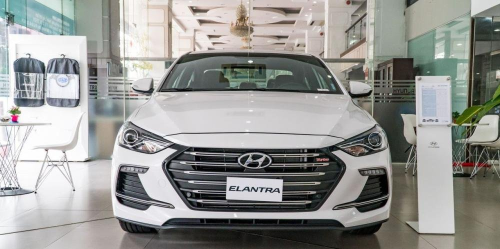 So sánh xe Hyundai Elantra Sport 2018 và Honda Civic 2018 về thiết kế đầu xe.