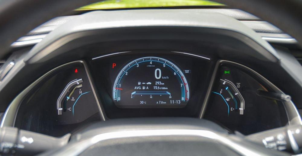 So sánh xe Hyundai Elantra Sport 2018 và Honda Civic 2018 về đồng hồ lái 3