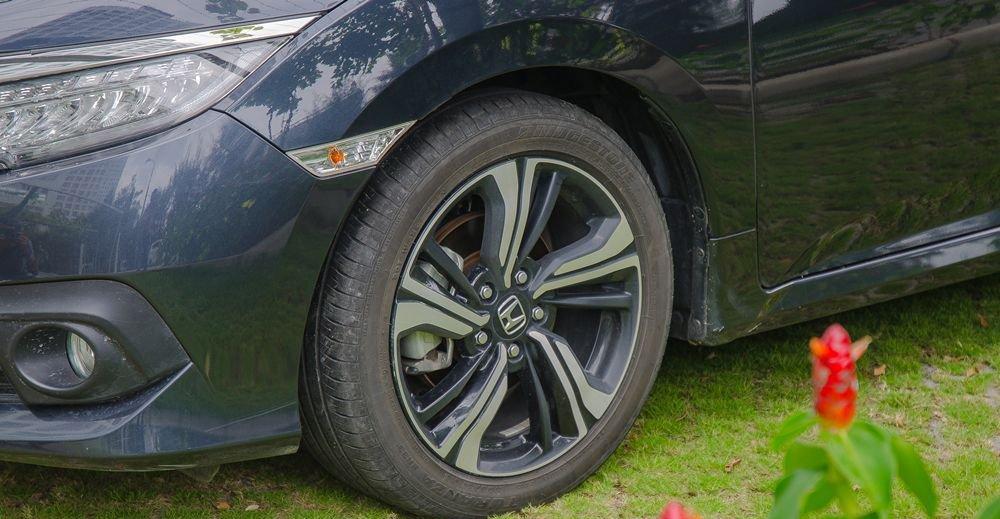 So sánh xe Hyundai Elantra Sport 2018 và Honda Civic 2018 về thiết kế thân xe 11