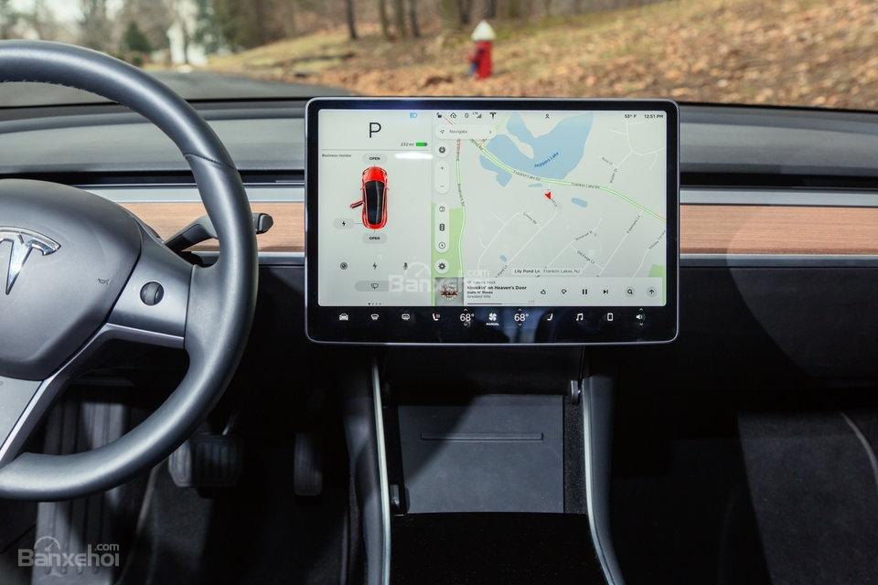 Đánh giá xe Tesla Model 3 2018: Màn hình cảm ứng cỡ lớn 15 inch tiêu chuẩn.