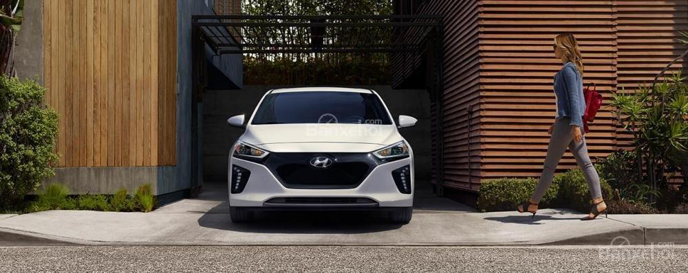 Đối thủ của Tesla Model 3 2018 - Hyundai Ioniq