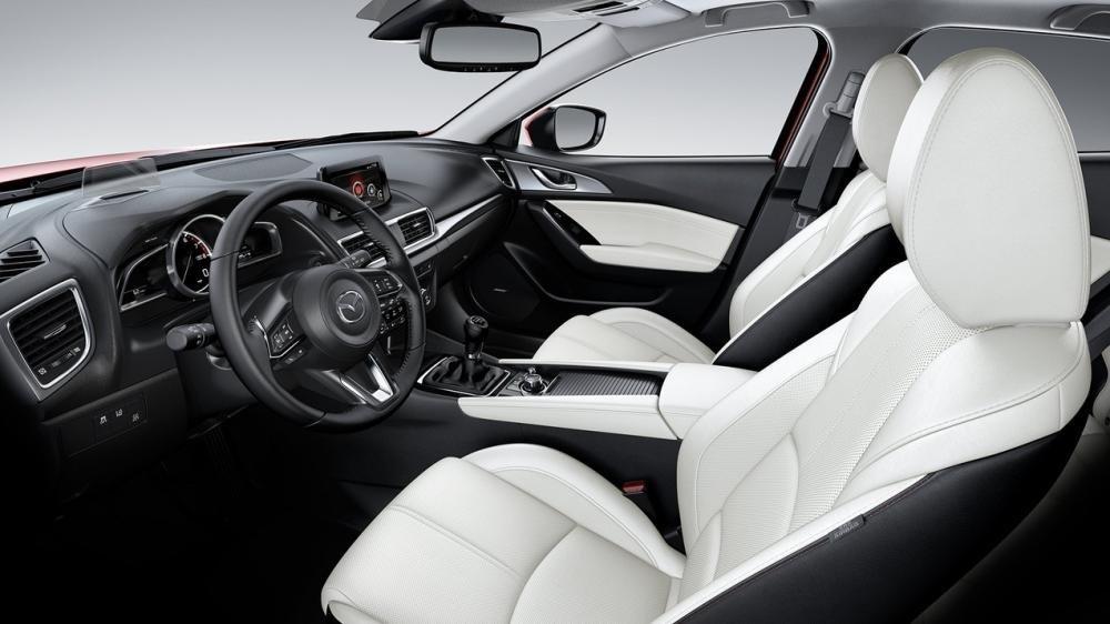 So sánh xe Mazda3 2.0L 2018 và Honda Civic 1.8E 2018 về không gian xe 1