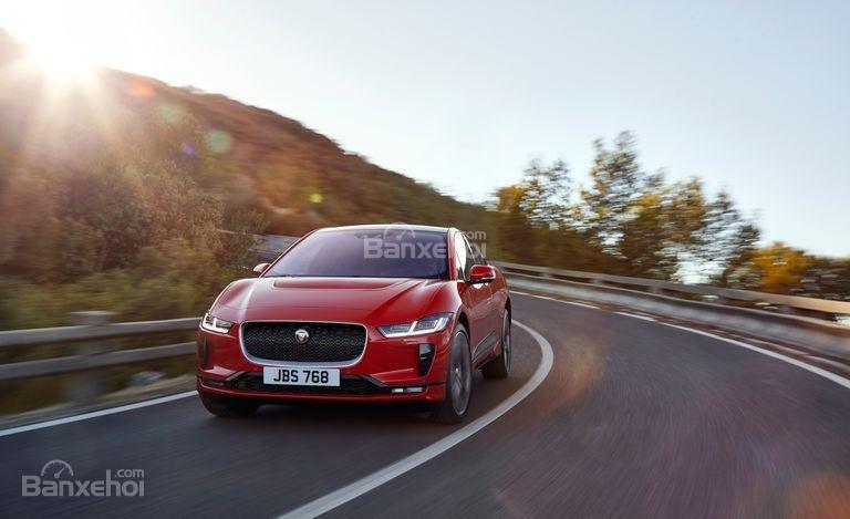 Đánh giá xe Jaguar I-Pace 2019: Xe cho cảm giác lái nhanh nhạy.