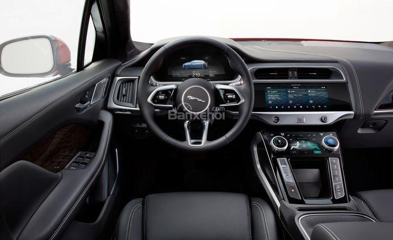 Đánh giá xe Jaguar I-Pace 2019: Vô lăng bọc da.
