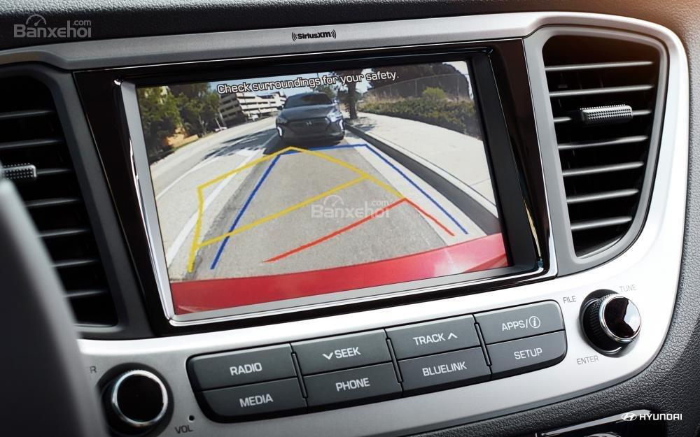 Ưu điểm Hyundai Accent 2018 - Camera quan sát phía sau tiêu chuẩn.