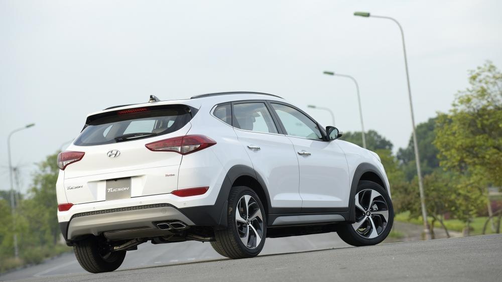 So sánh Hyundai Tucson 2019 mới và Hyundai Tucson 2018 cũ về đuôi xe a2