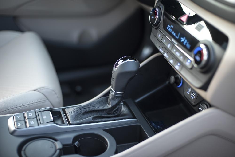 So sánh Hyundai Tucson 2019 mới và Hyundai Tucson 2018 về khu vực cần số a2