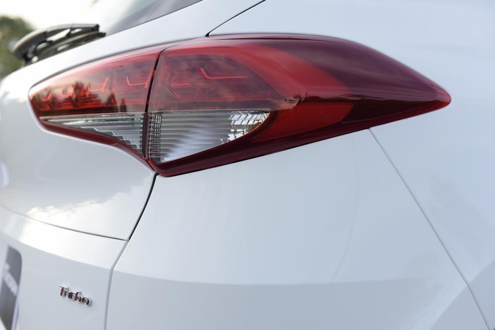 So sánh Hyundai Tucson 2019 mới và Hyundai Tucson 2018 cũ về đèn hậu a2