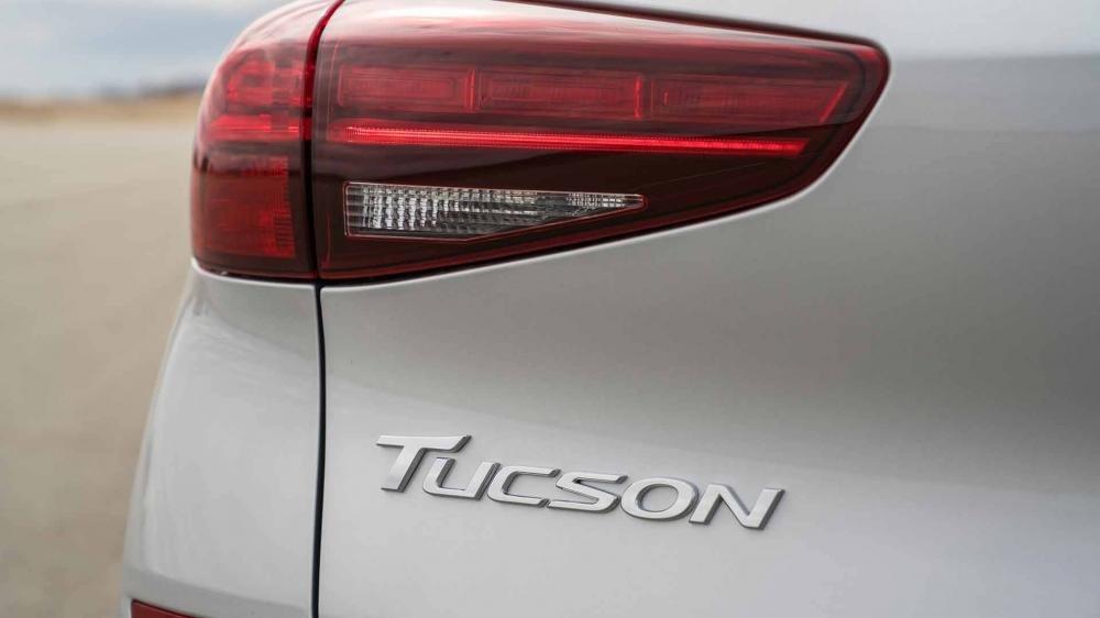 So sánh Hyundai Tucson 2019 mới và Hyundai Tucson 2018 cũ về đèn hậu a1