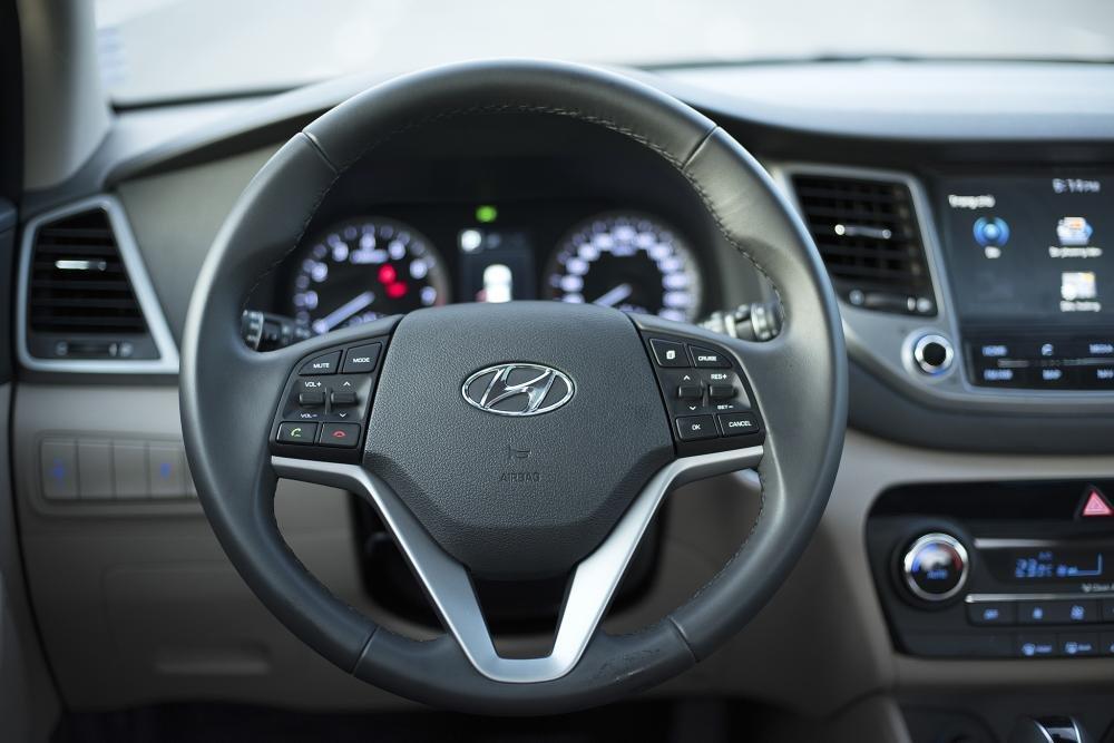 So sánh Hyundai Tucson 2019 mới và Hyundai Tucson 2018 cũ về vô-lăng a2