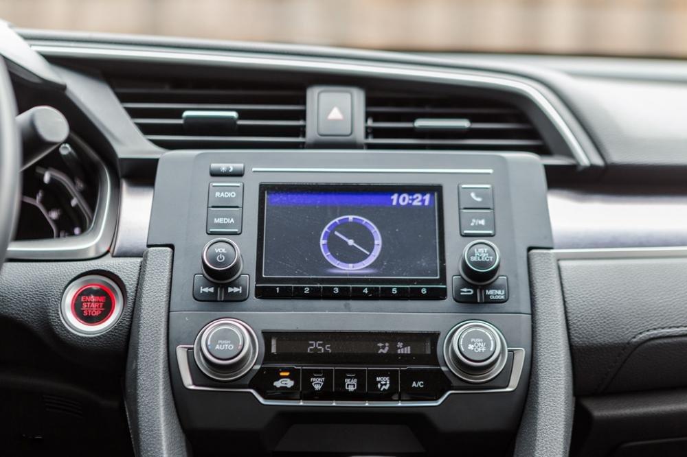 So sánh xe Honda Civic 1.8E 2018 và Toyota Corolla Altis 1.8G 2018 về tính năng tiện nghi, giải trí 1